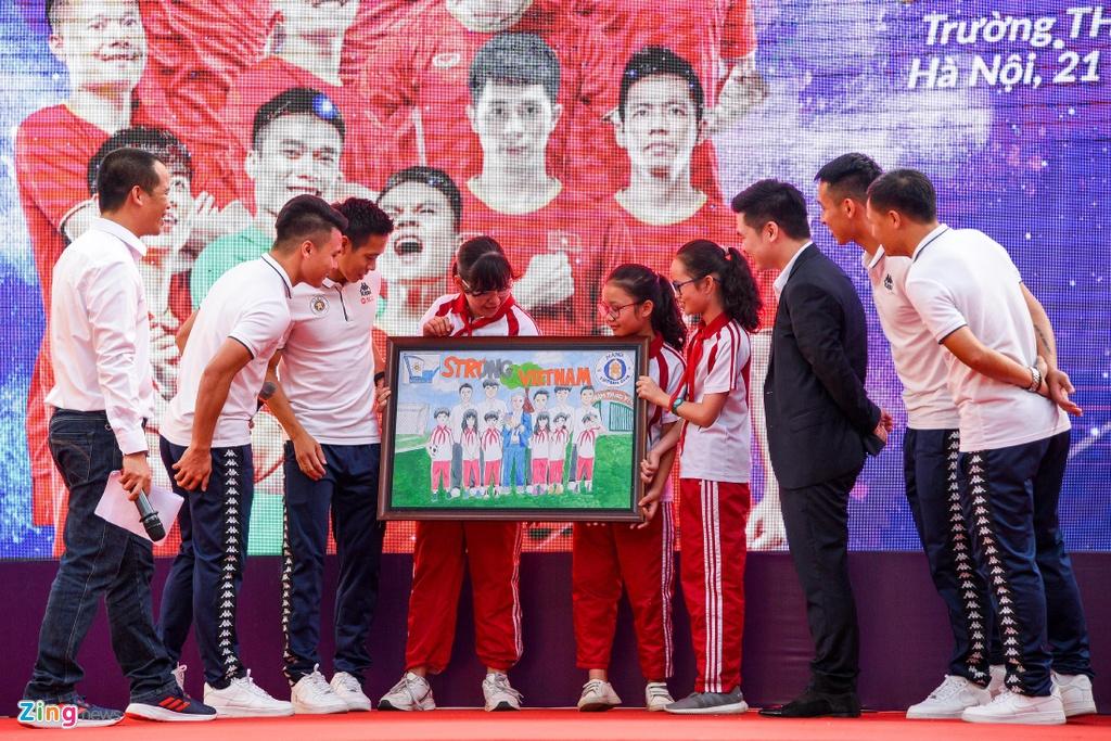 Quang Hai giup fan nhi gianh ve di Malaysia xem vong loai World Cup hinh anh 9