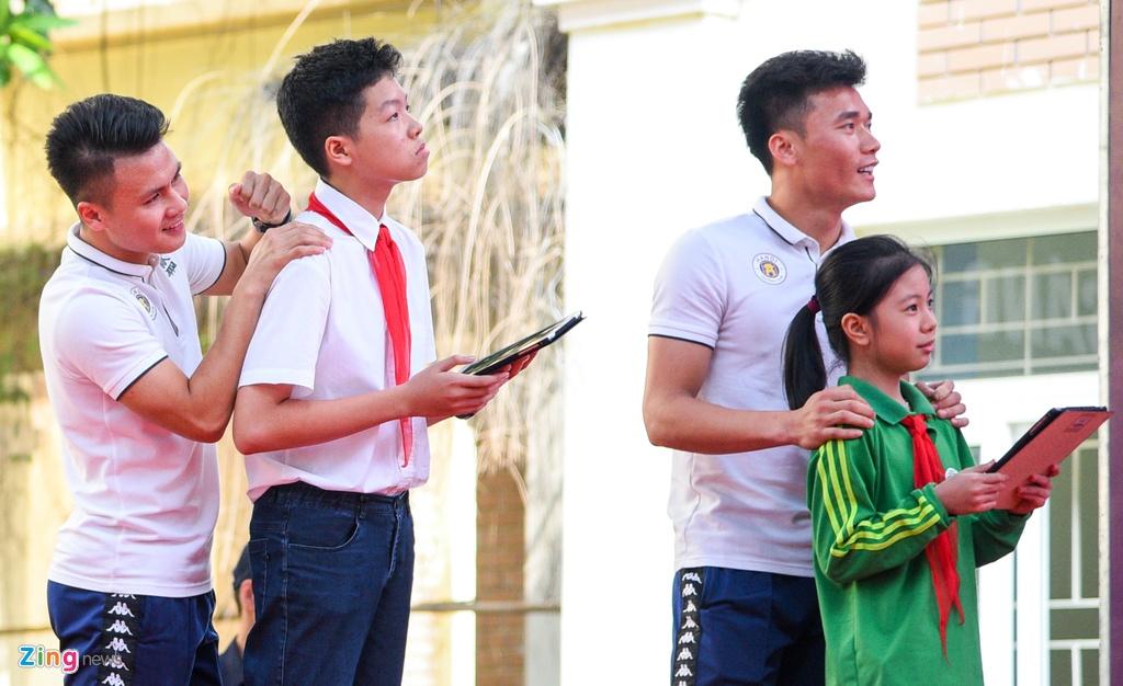 Quang Hai giup fan nhi gianh ve di Malaysia xem vong loai World Cup hinh anh 4