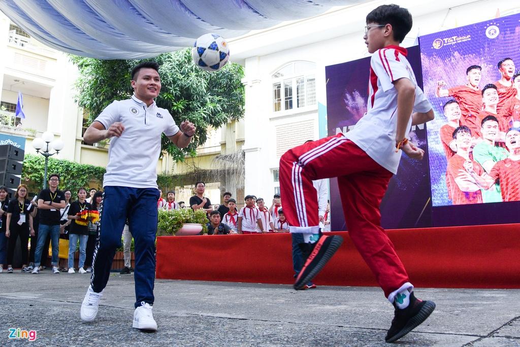 Quang Hai giup fan nhi gianh ve di Malaysia xem vong loai World Cup hinh anh 8