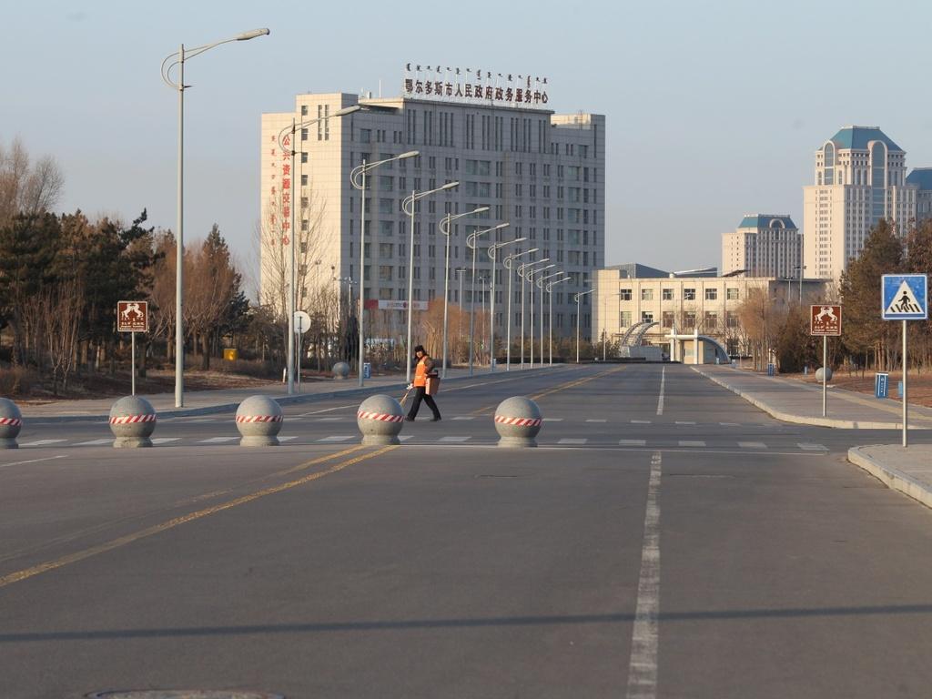 Khang Ba Thập ( Ordos, Nội Mông, Trung Quốc) là đô thị ma lớn nhất thế giới. Khu đô thị hiện đại với kiến trúc tiên tiến, sân vận động lớn và không gian công cộng tuyệt đẹp được xây dựng trong vòng chưa đầy 10 năm, nhưng thất bại trong việc thu hút cư dân. Khang Ba Thập đủ sức chứa 300.000 người, nhưng số dân chuyển đến chỉ là 70.000. Sau đó, những người này bắt đầu rời đi. Thành phố ngừng xây dựng và phá sản. Ngày nay, nơi đây hóa thành phố ma với hầu hết tòa nhà trống rỗng.