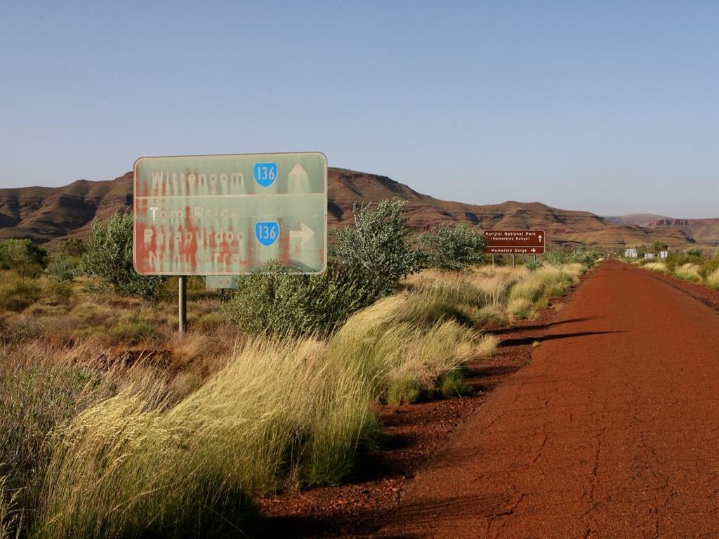 Wittenoom (Australia) bị amiăng tràn ngập. Wittenoom được thành lập với vai trò là thị trấn khai thác ở Tây Australia vào năm 1946. Hẻm núi gần đó tràn ngập amiăng xanh, vật liệu xây dựng thô quan trọng đầu thế kỷ 20. Trong bối cảnh mối lo ngại về sức khỏe tăng, nhu cầu về amiăng giảm dẫn đến việc đóng cửa mỏ vào năm 1966. Hầu hết cư dân chuyển đi, Wittenoom chính thức đóng cửa vào năm 2007. Chính phủ Australia hạn chế quyền vào thị trấn khai thác cũ và xóa Wittenoom khỏi tất cả bản đồ chính thức. Tính đến năm 2018, chỉ có 3 cư dân thường trú ở Wittenoom.