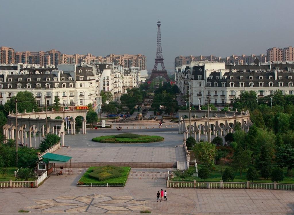 Thiên Đô Thành (Hàng Châu, Chiết Giang, Trung Quốc) là bản sao của Paris. Được xây dựng với những khu nhà ở xa xỉ khổng lồ, Thiên Đô Thành mô phỏng thành phố ánh sáng nổi tiếng của Pháp từ kiến trúc đến Vườn Luxembourg hay Tháp Eiffel thu nhỏ cao hơn 90 m. Với sức chứa hơn 10.000 cư dân, thành phố hầu hết vẫn bị bỏ hoang, ngoại trừ công viên giải trí theo chủ đề Pháp gần đó vẫn có nhân viên ở.