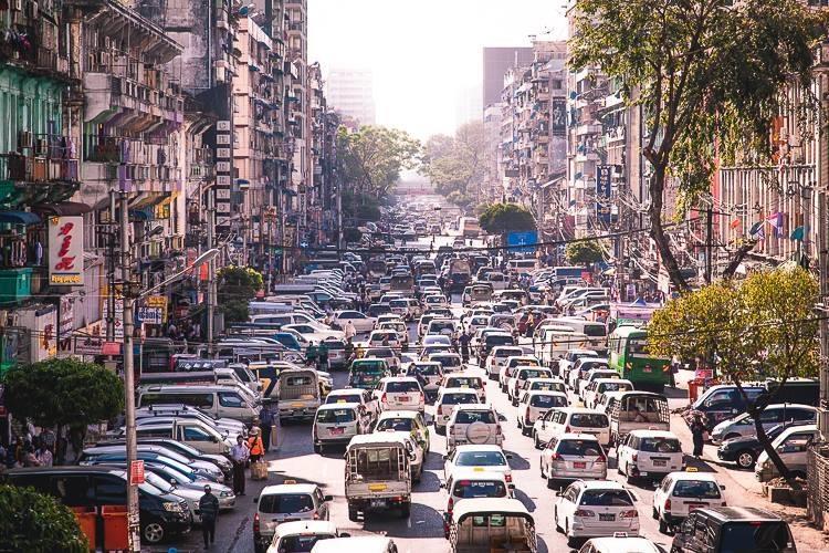 Duong pho Myanmar ach tac, tran ngap xe hoi sau 16 nam cam xe may hinh anh 10