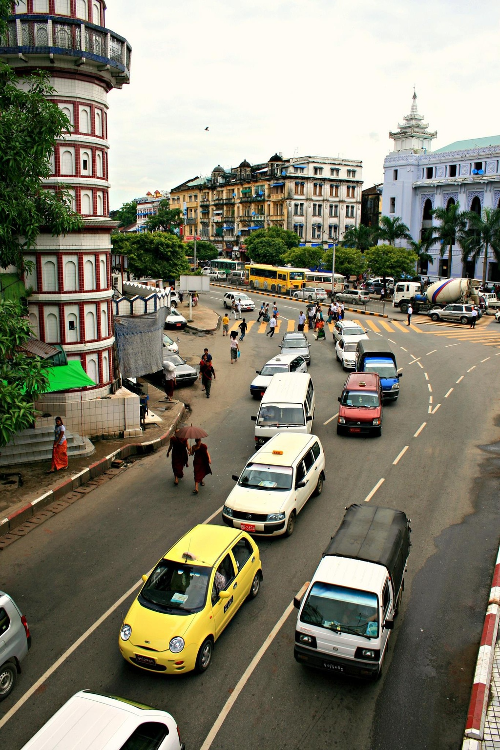 Duong pho Myanmar ach tac, tran ngap xe hoi sau 16 nam cam xe may hinh anh 2