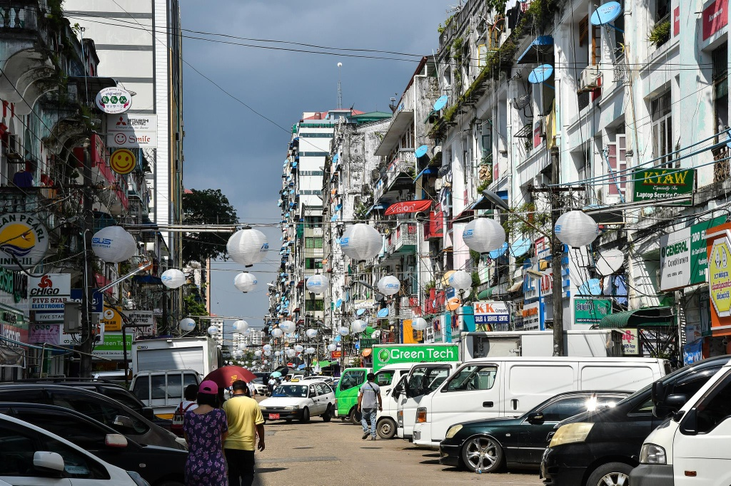 Duong pho Myanmar ach tac, tran ngap xe hoi sau 16 nam cam xe may hinh anh 4