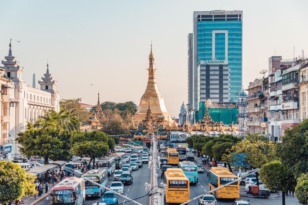 Duong pho Myanmar ach tac, tran ngap xe hoi sau 16 nam cam xe may hinh anh 1