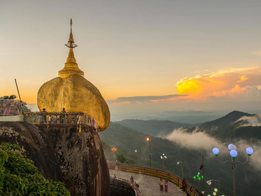 Độc đáo ngôi chùa đứng vững nghìn năm bên mép đá vàng - Ảnh 1