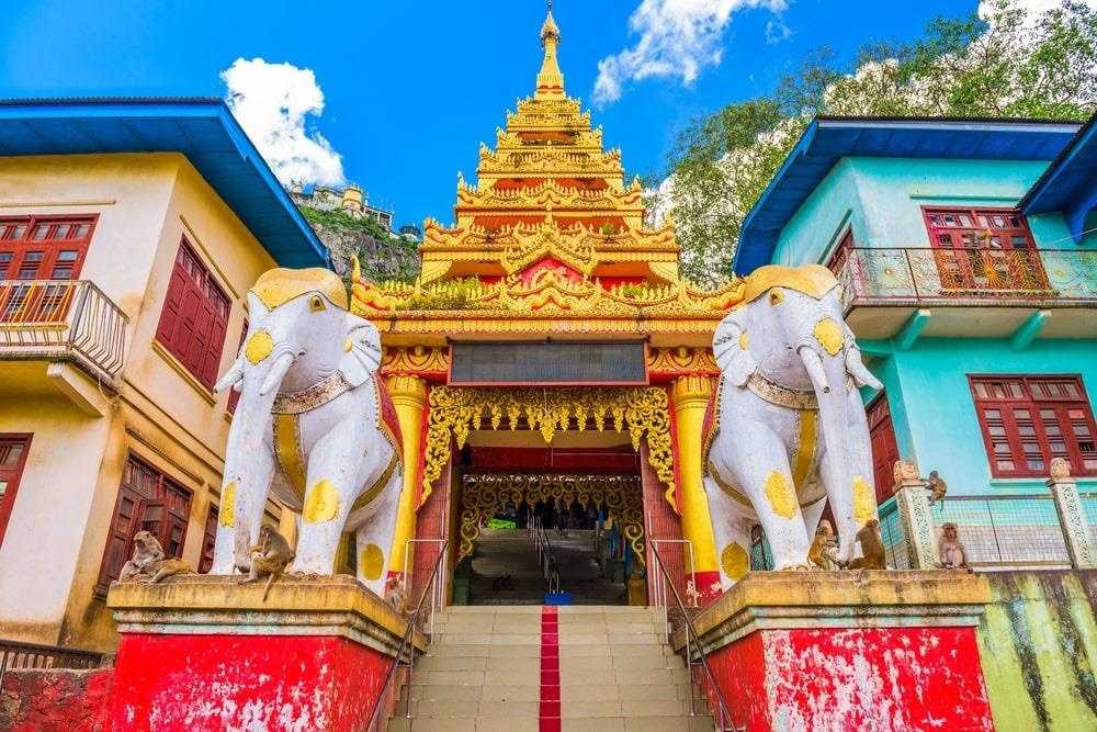 Độc đáo tu viện dát vàng giữa vùng đất mây vờn ở Myanmar - Ảnh 4