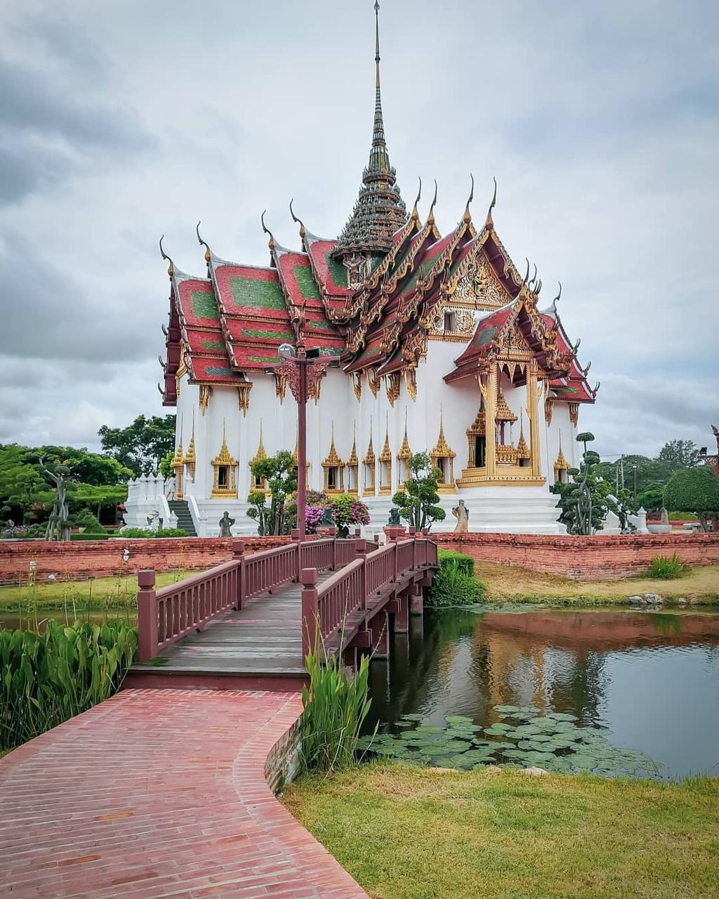 Thuy quai bao quanh ngoi den trong thanh co o Thai Lan hinh anh 11
