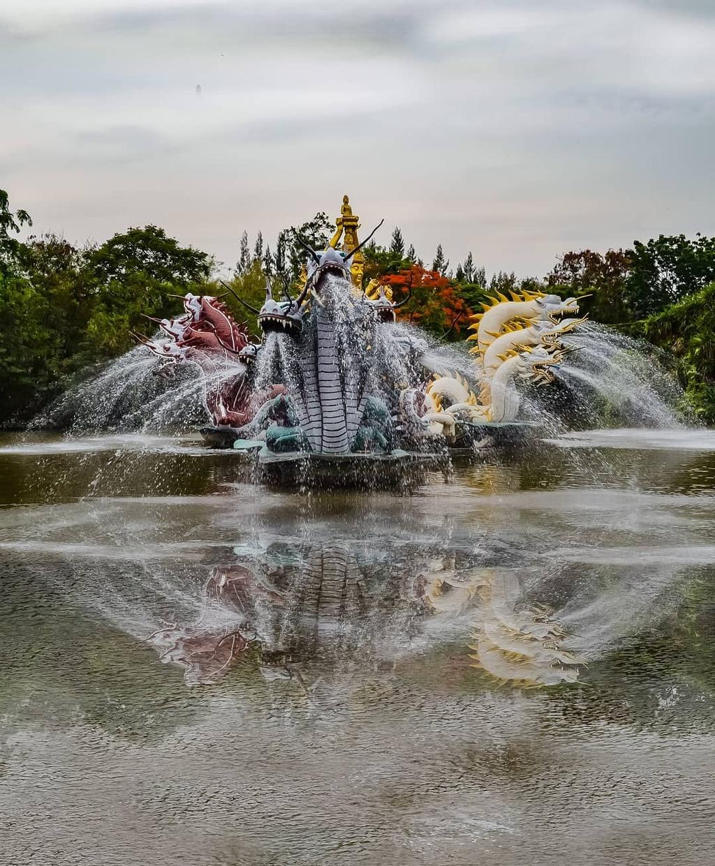 Thuy quai bao quanh ngoi den trong thanh co o Thai Lan hinh anh 6