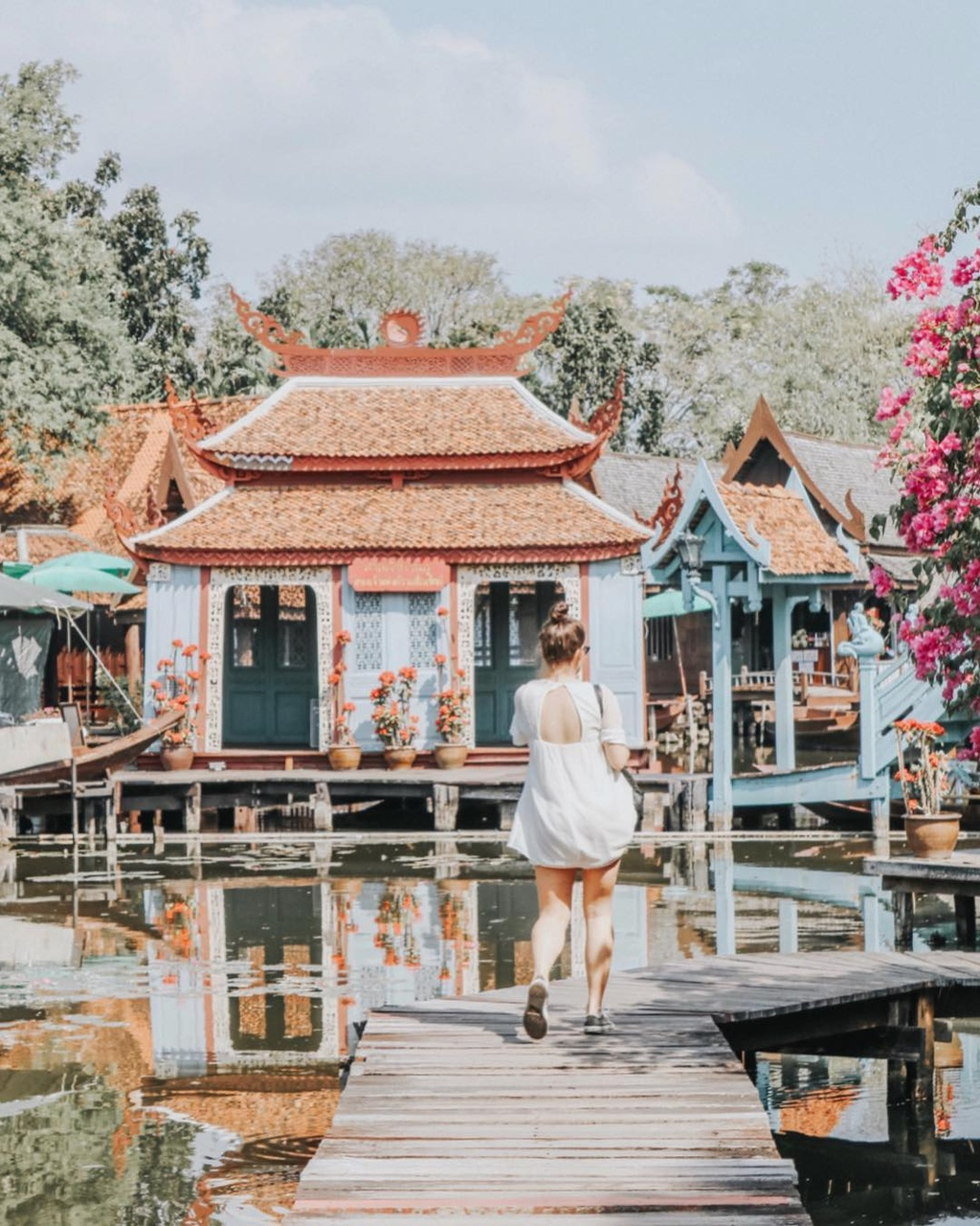 Thuy quai bao quanh ngoi den trong thanh co o Thai Lan hinh anh 9