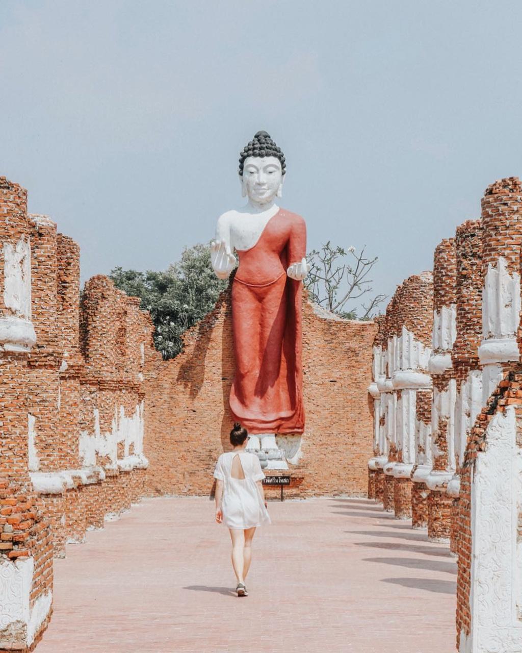 Thuy quai bao quanh ngoi den trong thanh co o Thai Lan hinh anh 8
