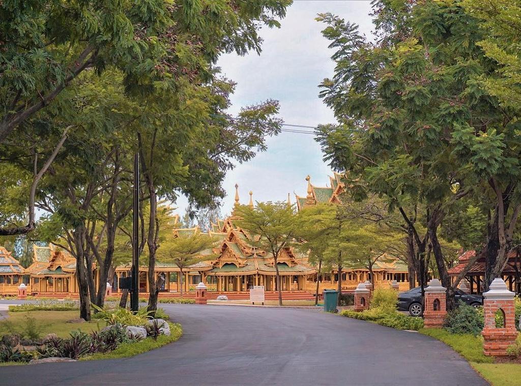 Thuy quai bao quanh ngoi den trong thanh co o Thai Lan hinh anh 12