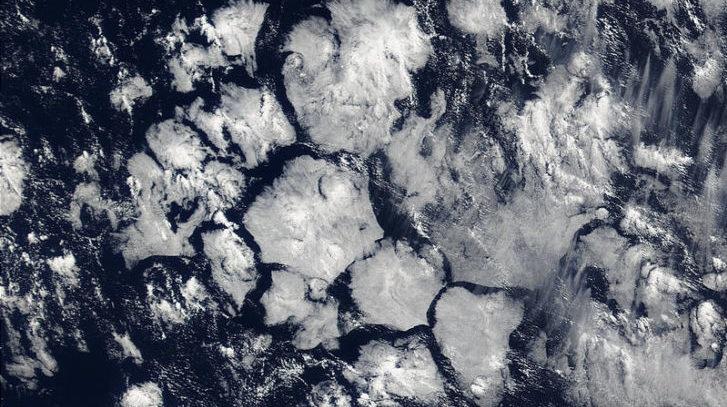 Đám mây lục giác tạo bom không khí trên bầu trời Tam giác quỷ
