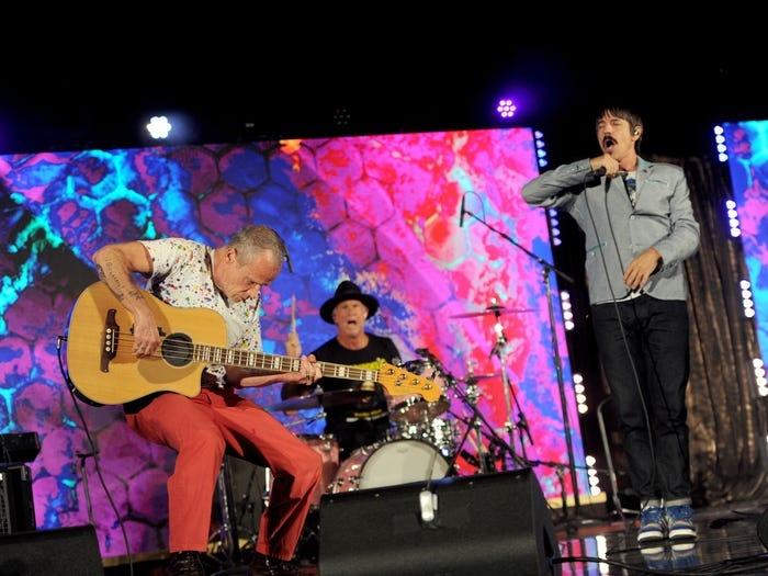 Sự kiện xa xỉ này không thể thiếu những tiết mục văn nghệ từ các ca sĩ nổi tiếng, đơn cử là ban nhạc Mỹ Red Hot Chili Peppers.Ảnh: Getty.