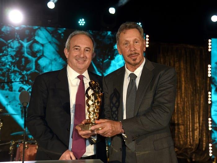 Tại gala năm nay, tỷ phú Larry Ellison (phải) được vinh danh vì đã quyên góp cho Đại học Nam California 200 triệu USD cách đây 3 năm.Ảnh: Getty.