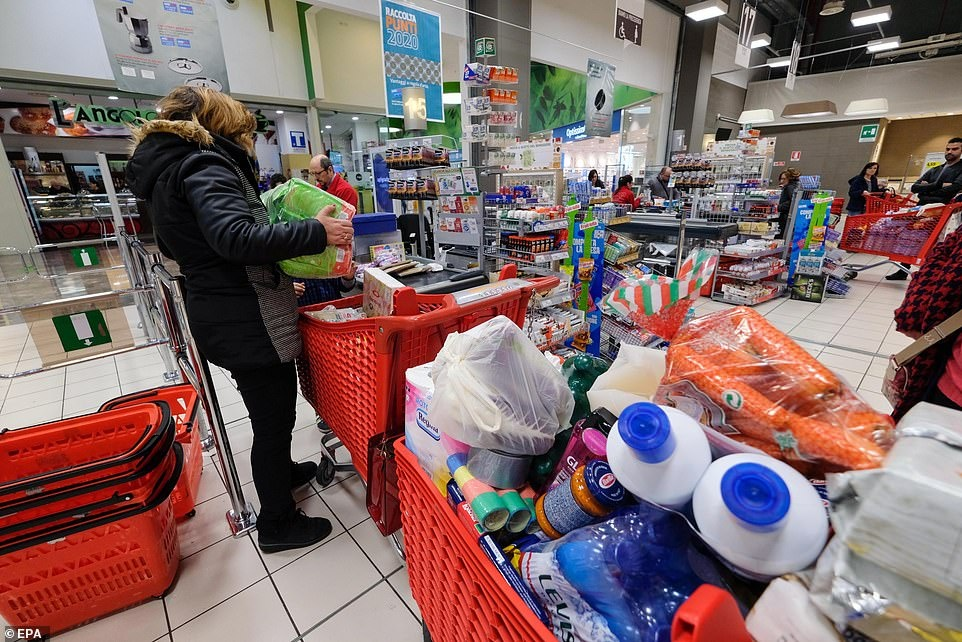 Ben trong nhung sieu thi, cua hang Italy mua dich Covid-19 hinh anh 1 25162610_8041467_Shoppers_stripped_shelves_bare_of_food_and_other_essentials_in_P_a_1_1582627652624.jpg