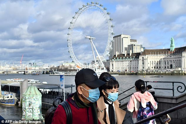 Lan song vo vet khau trang trong hoang loan tren toan the gioi hinh anh 11 24121898_8056475_Face_masks_are_running_out_and_increasing_in_price_online_as_pan_a_38_1582906199873.jpg