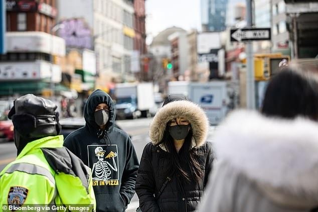 Lan song vo vet khau trang trong hoang loan tren toan the gioi hinh anh 5 25308296_8056475_Pedestrians_wearing_protective_masks_while_walking_along_a_stree_a_33_1582905352001.jpg