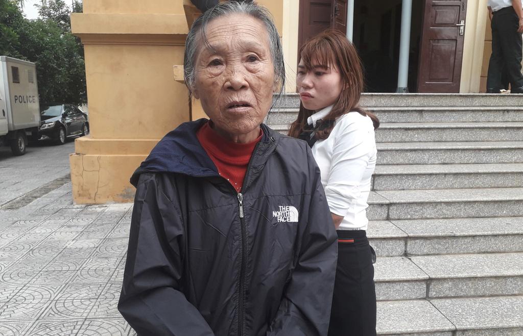 Bà Nguyễn Thị Hiếu (mẹ bị cáo) đến phiên tòa xử con trai vào sáng 31/10. Ảnh: Văn Được.