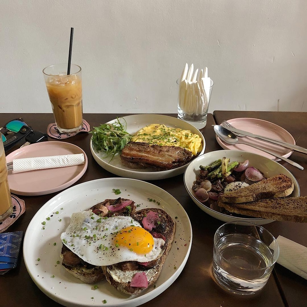 Tranh nang Sai Gon o 4 quan ca phe co menu 'brunch' sang chanh hinh anh 24
