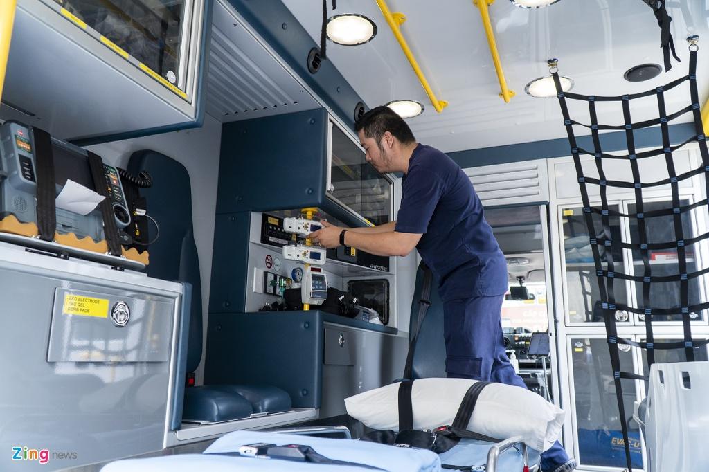 Chặng đầu tiên, hai xe cứu thương sẽ đến Bệnh viện Chợ Rẫy. Một xe chuyên chở trang thiết bị y tế mang lên máy bay. Trên xe còn lại, một nhân viên y tế phụ trách đến đón bệnh nhân 91 tại cổng bệnh viện.
