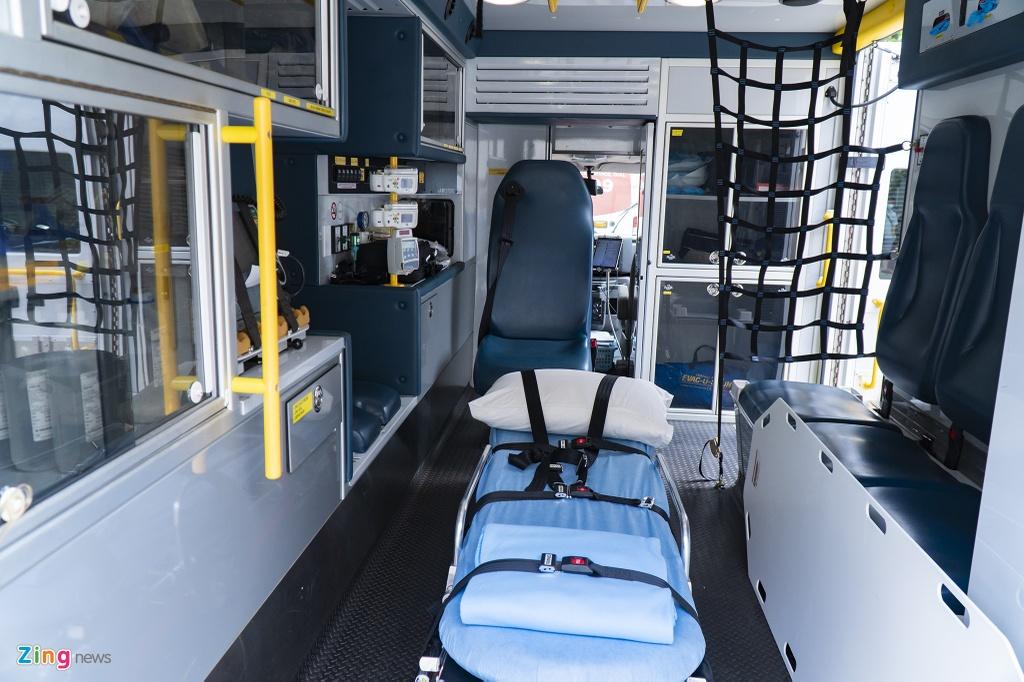 Các thiết bị này bao gồm máy theo dõi bệnh nhân, máy sốc điện, máy thở, máy xét nghiệm, máy hút, bộ đặt nội khí quản, thiết bị cấp cứu nếu có tràn khí màng phổi và thuốc các loại.