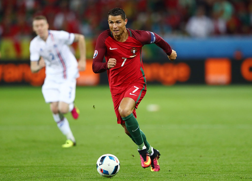 Ronaldo vao doi hinh te nhat luot dau vong bang Euro 2016 hinh anh 11
