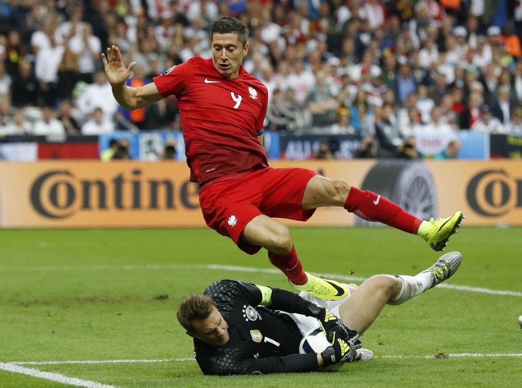 Ronaldo, Ibrahimovic lot doi hinh te nhat luot hai Euro 2016 hinh anh 10