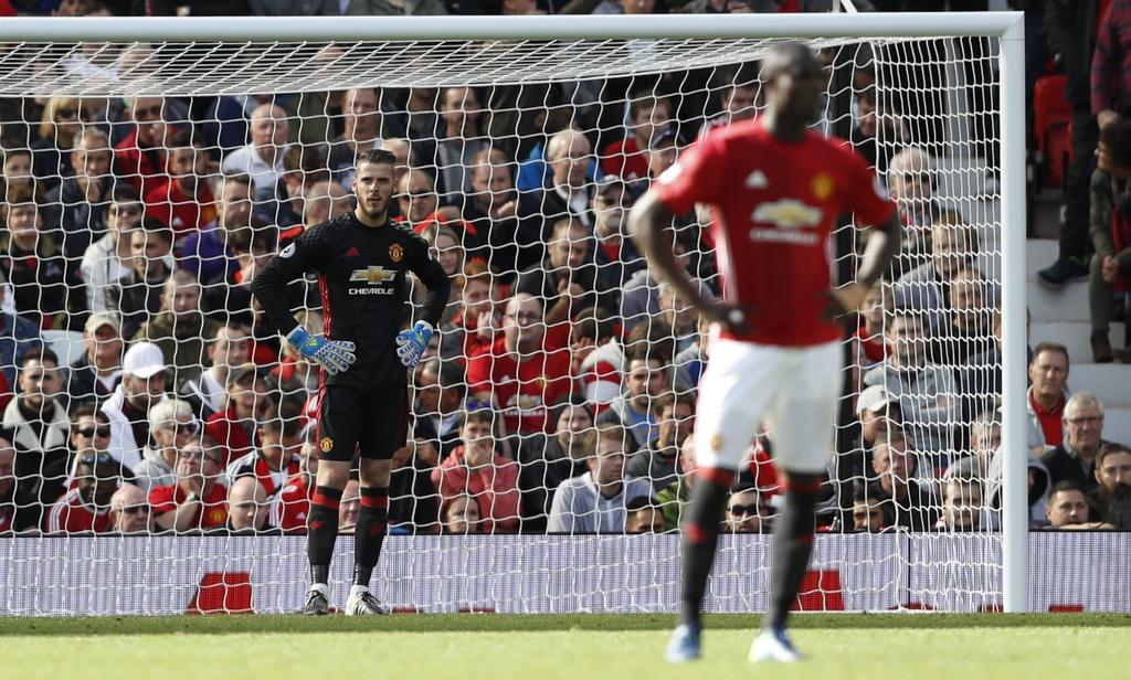 Mourinho cui dau, co dong vien ngan ngam sau tran hoa Stoke hinh anh 4