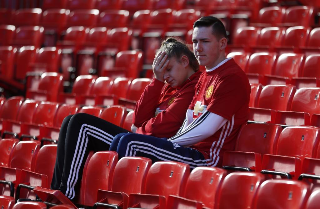 Mourinho cui dau, co dong vien ngan ngam sau tran hoa Stoke hinh anh 7