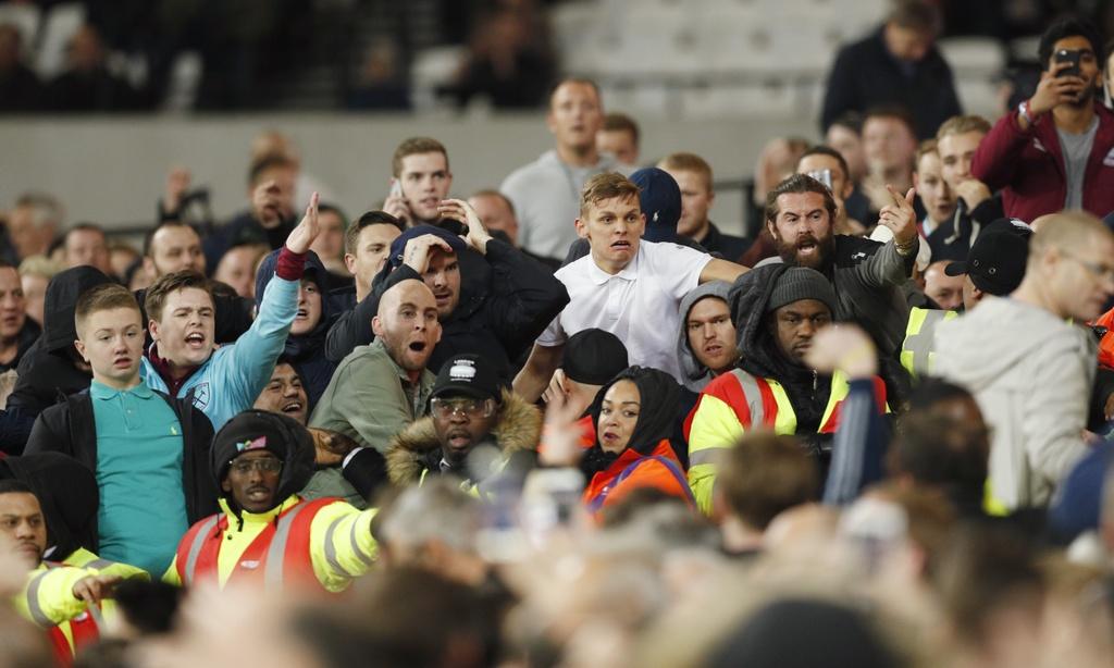 Co dong vien Chelsea au da voi West Ham sau tran thua hinh anh 4