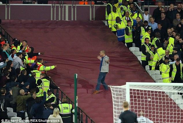 Co dong vien Chelsea au da voi West Ham sau tran thua hinh anh 6