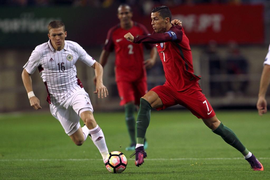 Ronaldo ghi ban dang cap giup Bo Dao Nha de bep Latvia 4-1 hinh anh 1