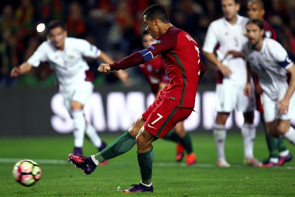 Ronaldo ghi ban dang cap giup Bo Dao Nha de bep Latvia 4-1 hinh anh 2
