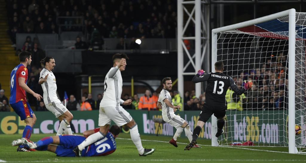 Ibra ghi ban giup MU thang Crystal Palace 2-1 anh 9