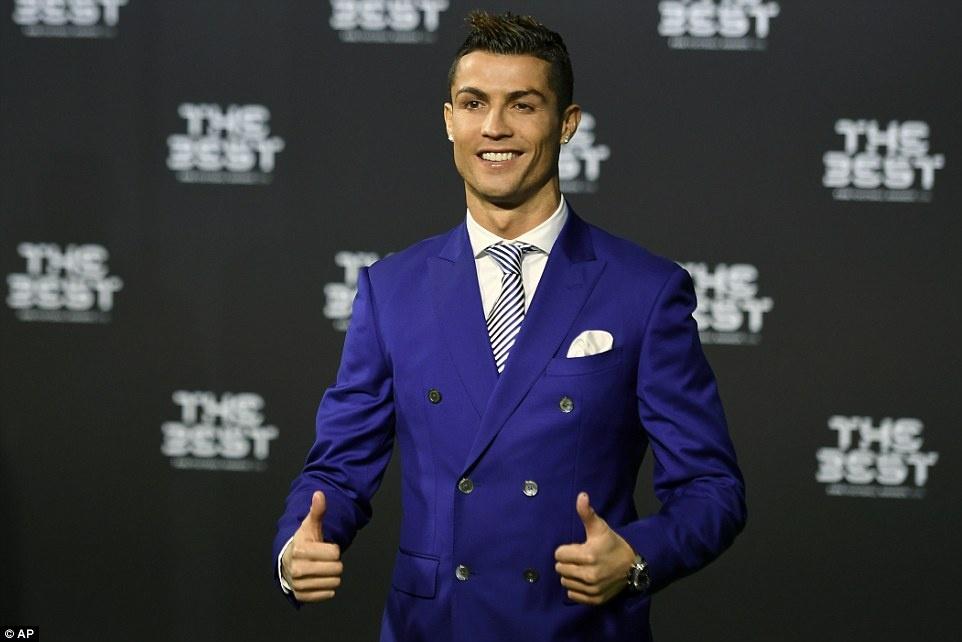 Ban gai thap tung Ronaldo den nhan giai anh 2
