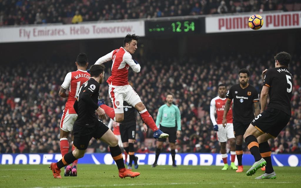 Tai hien 'ban tay cua Chua', Sanchez giup Arsenal co 3 diem hinh anh 4