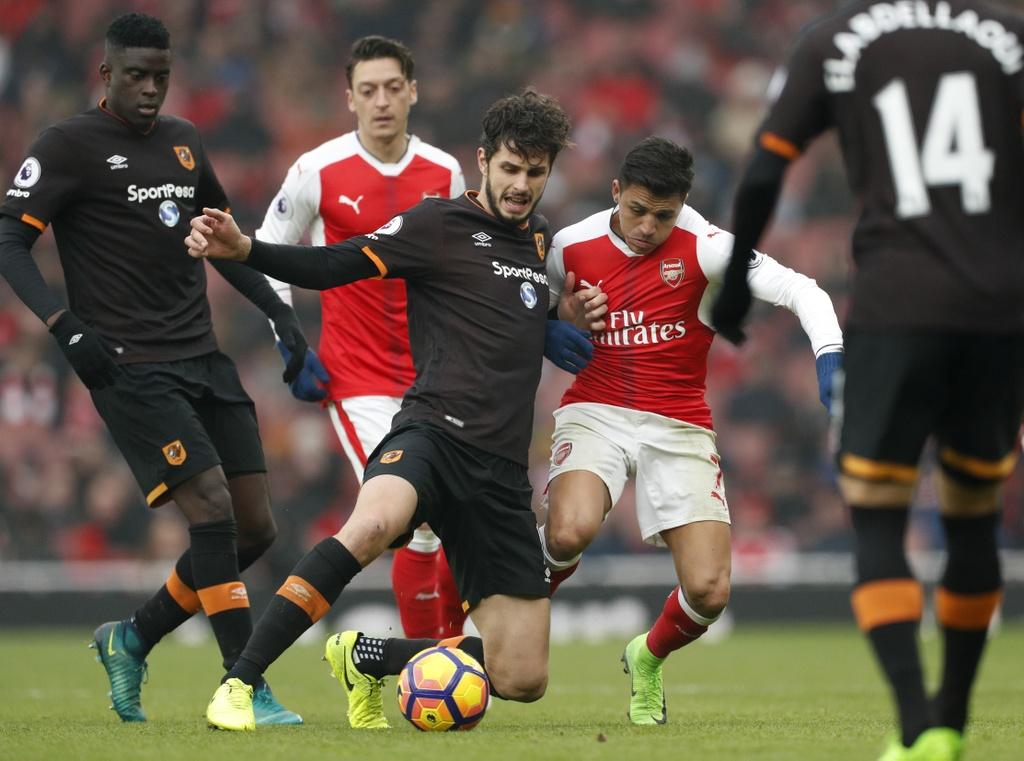 Tai hien 'ban tay cua Chua', Sanchez giup Arsenal co 3 diem hinh anh 7