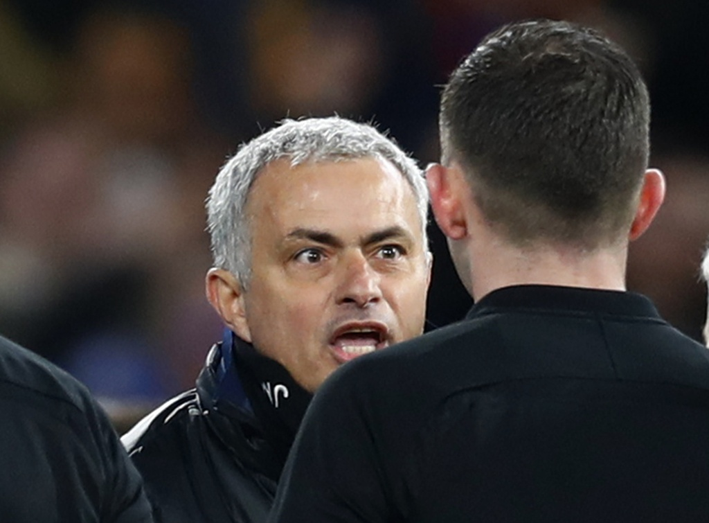 Mourinho tron mat voi trong tai anh 11