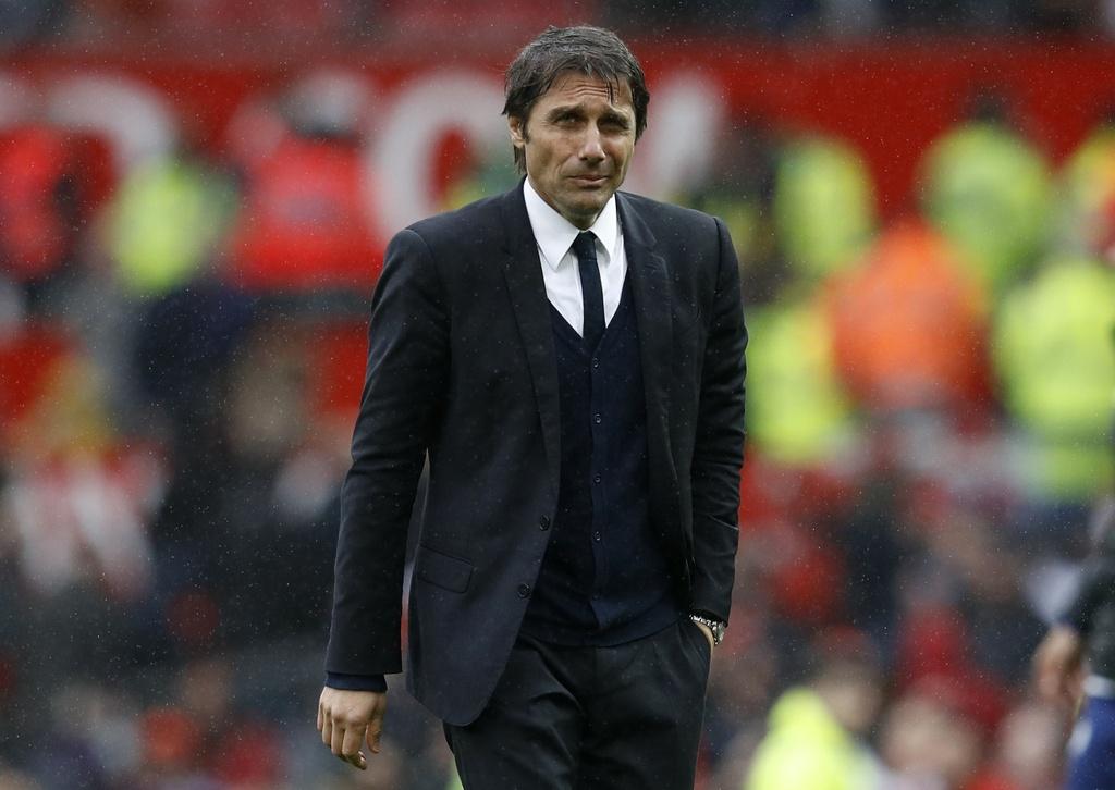 Mourinho nang niu logo Man Utd sau man tra dua Chelsea hinh anh 11
