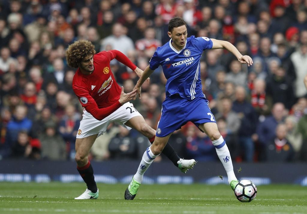 Mourinho nang niu logo Man Utd sau man tra dua Chelsea hinh anh 1