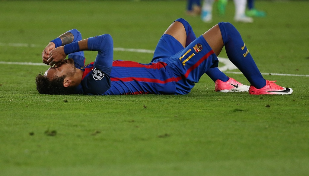 Neymar oa khoc, Messi cui dau nhin Juventus vao ban ket hinh anh 1