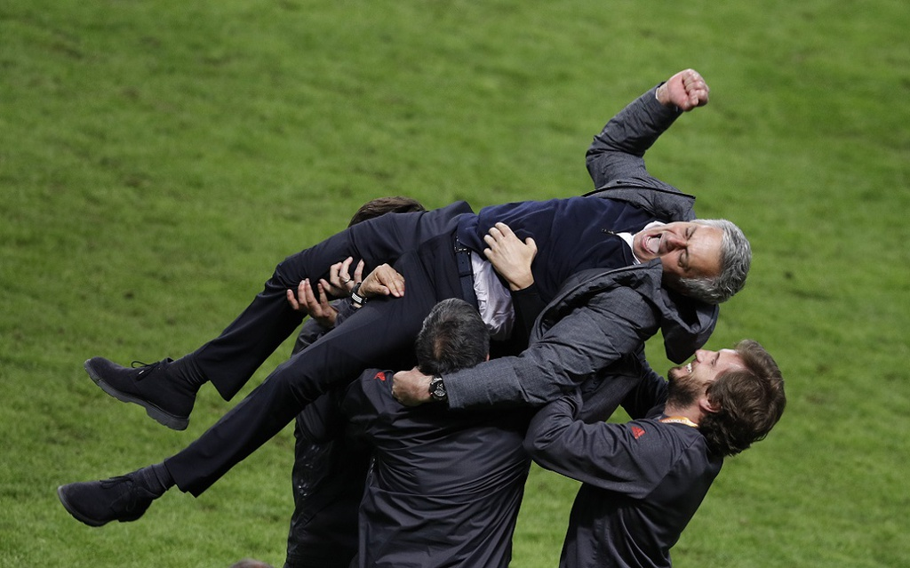 Ibra vut nang, chay ra san an mung chuc vo dich Europa League hinh anh 1
