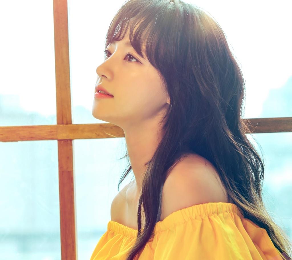 Song Ha Yoon,  Intimate Strangers,  Tiec trang mau anh 3