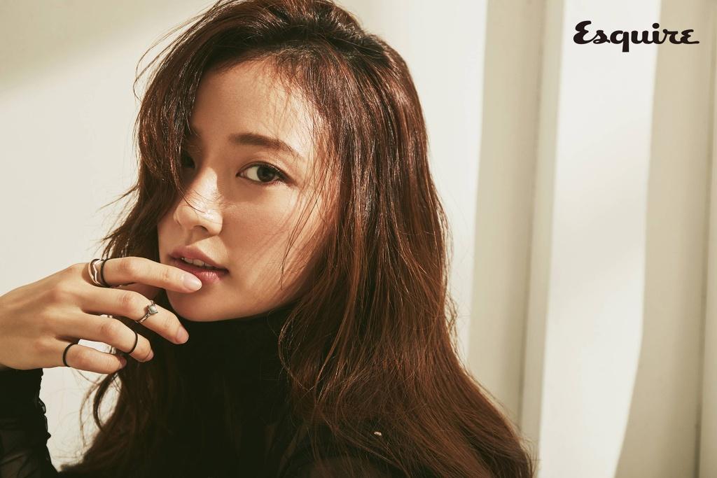 Song Ha Yoon,  Intimate Strangers,  Tiec trang mau anh 4