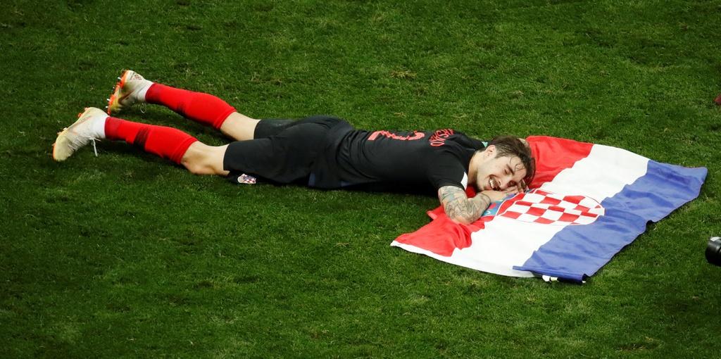 Cau thu Croatia om nhau mung chien thang lich su hinh anh 3