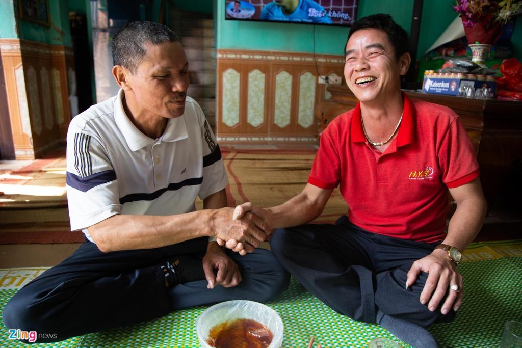 Duy Manh cung gia dinh cham soc, trang tri dao, quat truoc tet Ky Hoi hinh anh 11