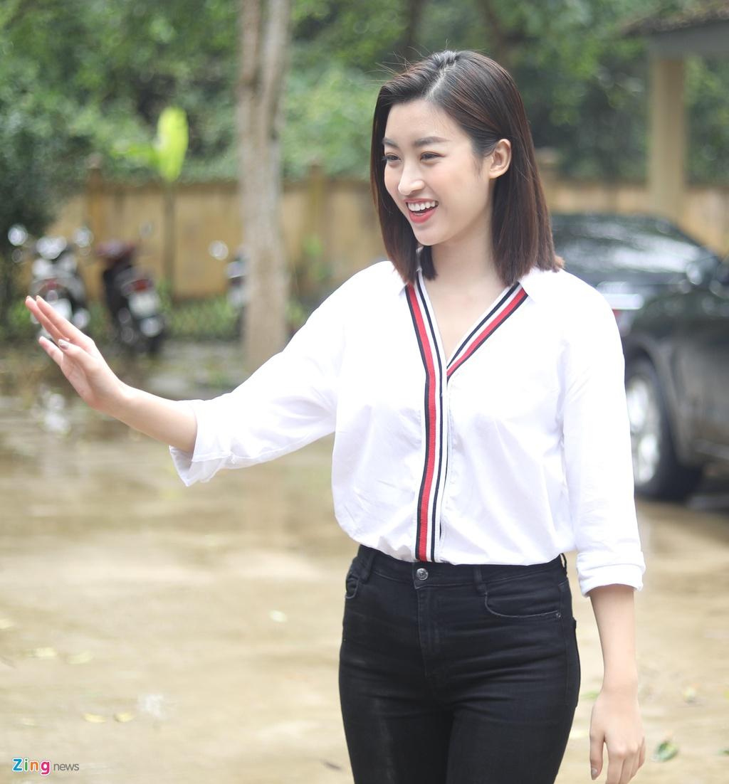 Bau Tam, HH Do My Linh gian di di tang may loc nuoc cho tre vung cao hinh anh 1