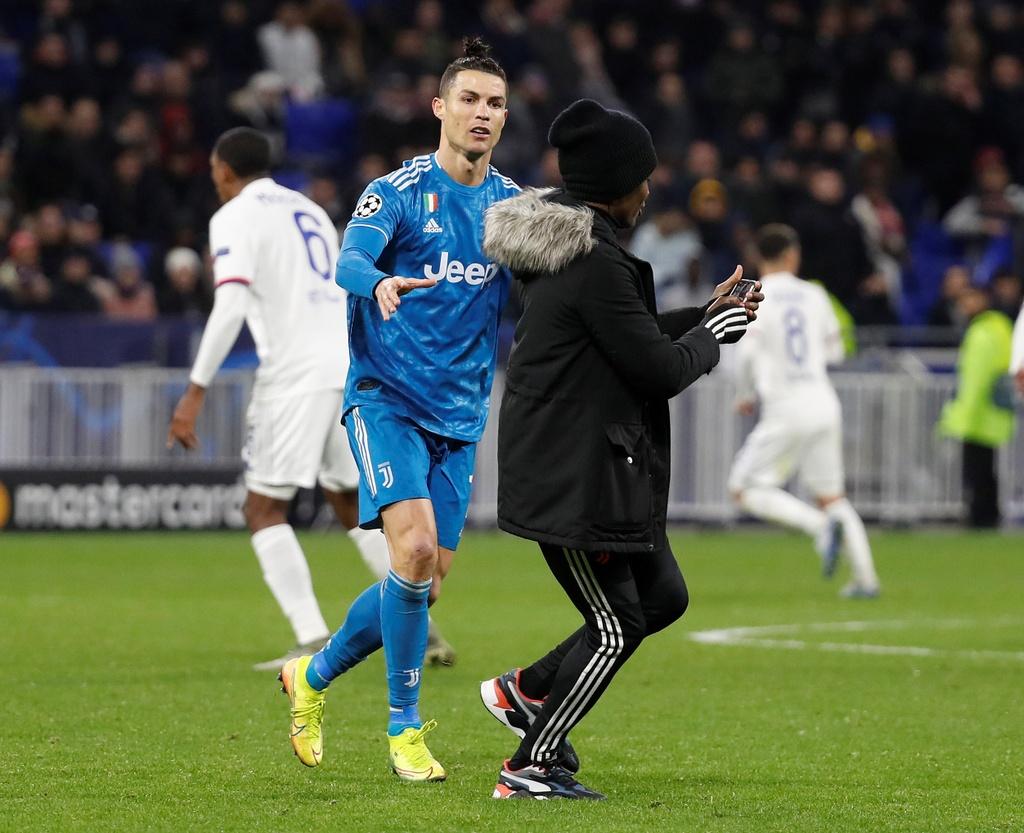 Ronaldo xua fan cuong ra khoi san khi Juventus dang thua hinh anh 1 p1.JPG